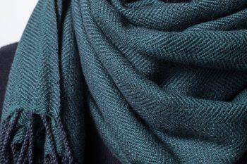 ヘリンボーンのグリーンの襟巻き